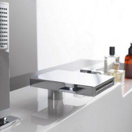 Διαστάσεις 2,15 x 1,60 m Βάθος: 58 cm Χωρητικότητα 770 lt Έξοδοι υδρομασάζ: 6-8 Έξοδοι Αερομασάζ: 12-16 Μία σημαντική παρουσία στο χώρου του μπάνιου. Μπανιέρα ορθογώνια, υψηλής αισθητικής & ιδιαίτερου σχεδιασμού. Άνετος εσωτερικός χώρος με δυνατότητα προσαρμογής επικαθύμενης μπαταρίας, σύστημα υδρομασάζ & αερομασάζ για μία μοναδική αναζωογονητική εμπειρία. Στη φωτογραφία συνοδεύεται με μπαταρία καταρράκτη κ-600 του οίκου Cristina.